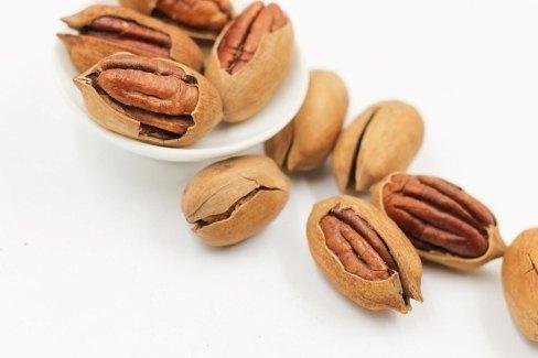 Орехи на белом фоне