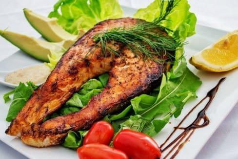 Красная рыба с овощами как часть рациона кето-диеты