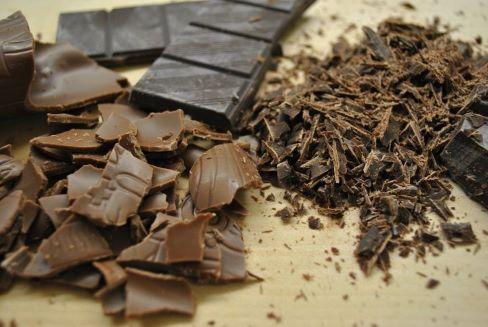 Шоколадные кусочки и крошка на столе