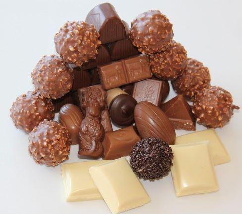 Конфеты и кусочки разного шоколада