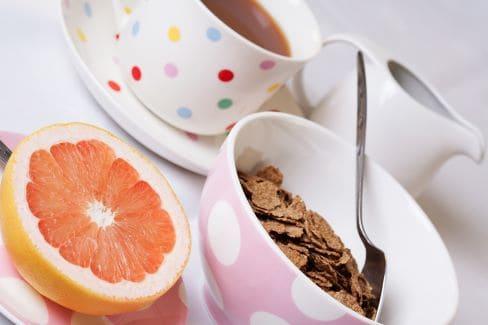 Каша, половинка грейпфрута и чай